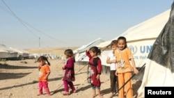 Раселени ирачки деца кои го напуштиле Мосул сликани на 16 октомври во бегалскиот камп Духок во Ирак.
