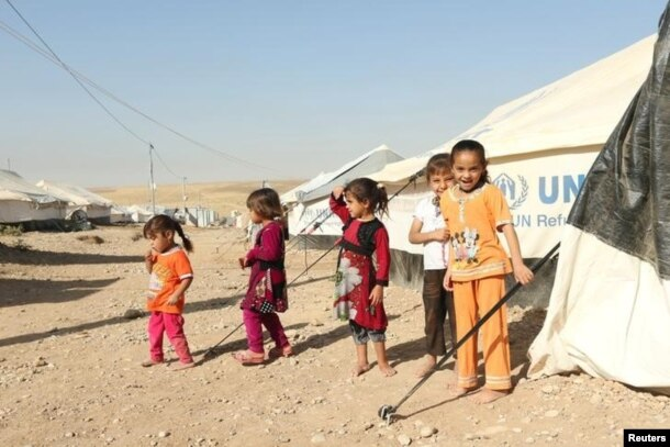 Displaced Iraqi children who fled the fighting in Mosul at a refugee camp earlier this week