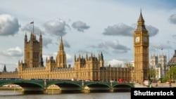 Ұлыбритания астанасындағы Биг-Бен, парламент үйі мен Вестминстер көпірі. (Көрнекі сурет.)