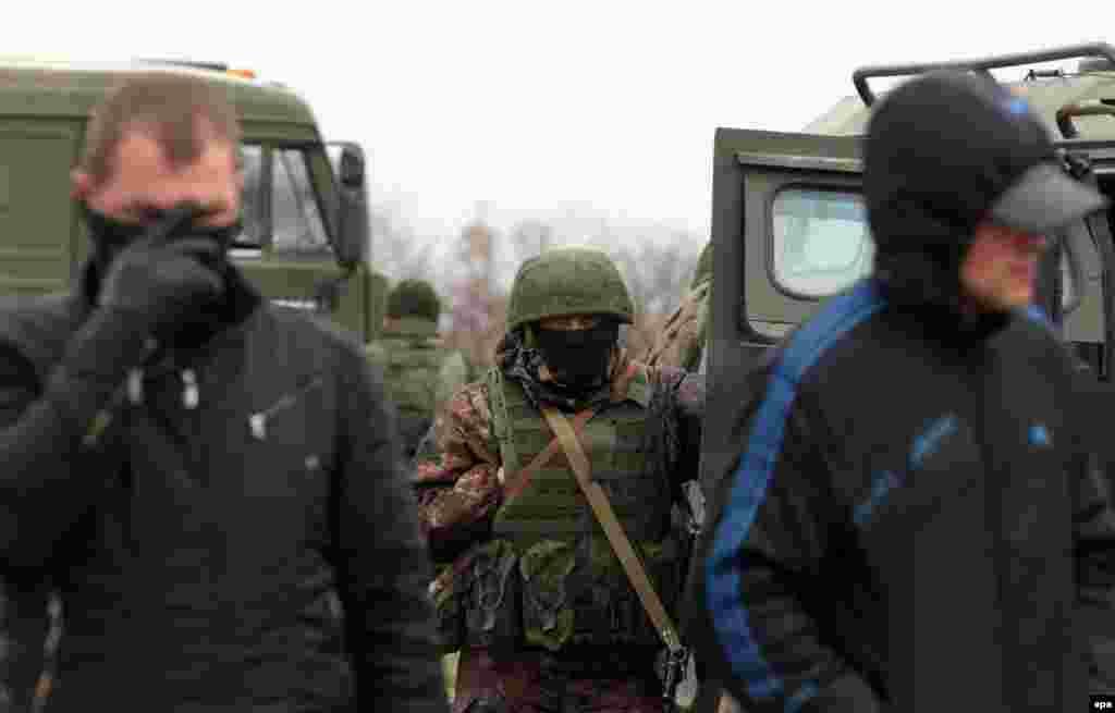 Російський військові часто прикривалися цивільними активістами, 4 березня 2014 року