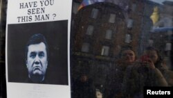 Самопальное объявление о розыске Виктора Януковича на баррикаде киевского Майдана. 24 февраля 2014 года