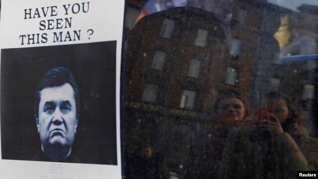 Тәуелсіздік алаңында Виктор Януковичтің қайда екенін сұрастырған плакат ілініп тұр. Киев, 24 ақпан 2014 жыл.