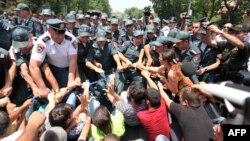 Полицейские и демонстранты в ходе протестов в Ереване против повышения тарифов на электроэнергию. Иллюстративное фото.