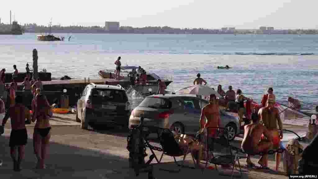 Пляжи причала «Прибой» сейчас самые популярные в городе. Несмотря на то, что на стенах и асфальте очень много надписей «Купаться запрещено, опасно!»