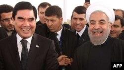 Türkmenistanyň prezidenti G.Berdimuhamedow (çepde) we Eýranyň prezidenti Hassan Rohani.