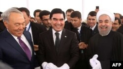 Хасан Роухани, Нурсултан Назарбаев жана Гурбангулы Бердыммухамедов Казакстан-Иран-Түркмөнстан темир жолунун ачылышында.