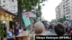 Для 51-летного Аслана Бжания эта предвыборная кампания – первая попытка стать публичным политиком. Всю свою жизнь он провел в закрытых кабинетах