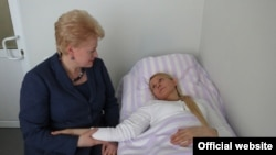 Lithuanian President Dalia Grybauskaite (left) visiting Tymoshenko in a Kharkiv hospital on May 11.