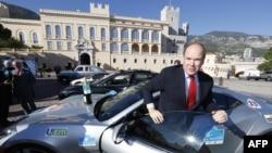 """Альбер II только что закончил марафон электромобилей """"Санкт-Петербург - Монте-Карло"""" под патронатом его самого и губернатора Георгия Полтавченко, Монако, ноябрь 2013"""