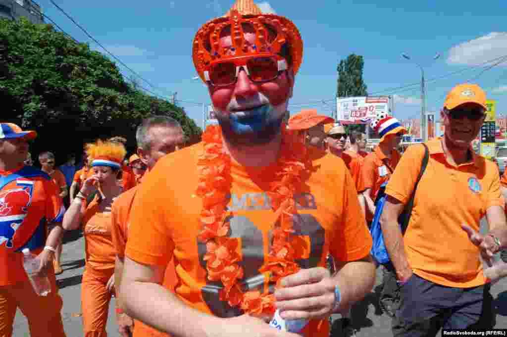 Голландець розмалював обличчя в кольори національного прапору