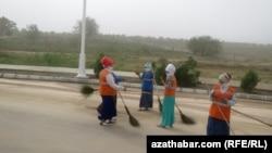 В Ашхабаде смывают последствия соляного тумана