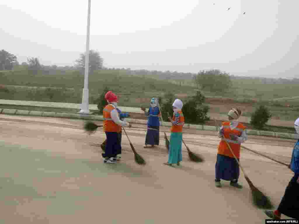 Сотрудники организаций Министерства коммунального хозяйства Туркменистана