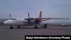 """""""Эйр Кыргызстан"""" авиакомпаниясынын АН–24 учагы Жалал-Абад аэропортунда, 7-март 2010-ж."""