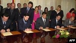 Liderët shqiptarë dhe maqedonas gjatë nënshkrimit të Marrëveshjes së Ohrit. 13 gusht, 2001.