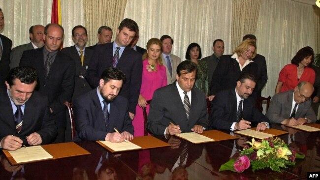 Liderët shqiptarë dhe ata maqedonas gjatë nënshkrimit të Marrëveshjes së Ohrit. 13 gusht, 2001.