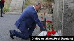 Vladimir Putin depune flori la un memorial consacrat celor care au apărat Sevastopulul în al doilea război mondial, 18 augus 2017