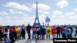 """Protestul simpatizanților Mișcării """"ACUM"""" la Paris"""
