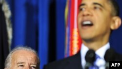 Обама под пристальным вниманием вице-президента Джо Байдена