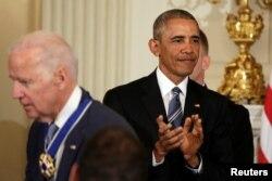 Президент США Барак Обама аплодує після вручення медалі Свободи віце-президенту США Джозефу Байдену, 12 січня 2017 року.