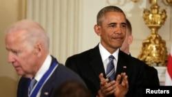 Президент США Барак Обама (праворуч) наприкінці своєї каденції оголосив про рішення нагородити Джо Байдена найвищою цивільною нагородою США – президентстькою медаллю Свободи, 12 січня 2017 року