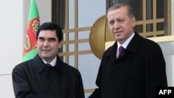 Türkiýäniň prezidenti Rejep Taýyp Erdogan (s) we Türkmenistanyň prezidenti Gurbanguly Berdimuhamedow (ç), Ankara, 3-nji mart, 2015.
