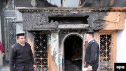 Безбедносни сили пред нападнатиот ноќен клуб во Каиро
