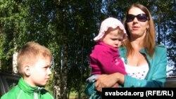 Алена Коваленко, жена белорусского активиста оппозиции Сергея Коваленко, с детьми. Могилев, 24 июля 2012 года.