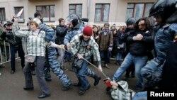 Полиция Замоскворецк соты алдынан белсенділерді ұстап әкетіп жатыр. Мәскеу, 24 ақпан 2014 жыл.