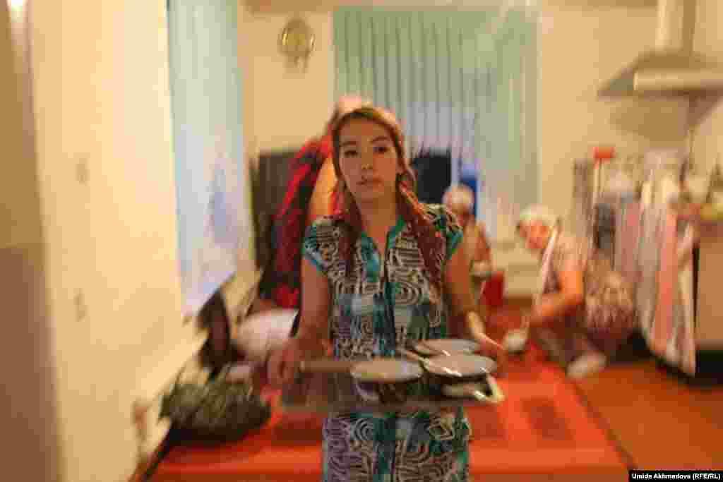 Молодые женщины готовят, накрывают на стол, ухаживают за гостями. На фото: Анар, племянница Латифат, хозяйки дома.