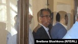Сотталушы кәсіпкер Қайрат Жамалиев (ортада) өзіне шыққан үкімді тыңдап тұр. Астана, 7 тамыз 2015 жыл.