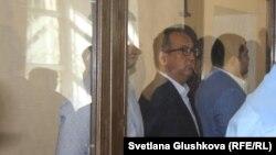 Подсудимый бизнесмен Кайрат Жамалиев (в центре за стеклом) слушает свой приговор. Астана, 7 августа 2015 года.