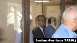Бизнесмен Кайрат Жамалиев (в центре за стеклом). Астана, 7 августа 2015 года.