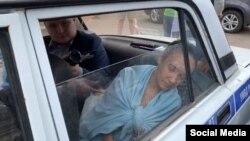 """Гульназ Равилова сегодня во время ее доставления в отдел полиции """"Промышленный"""""""