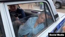 Гульназ Равилова в полицейской машине