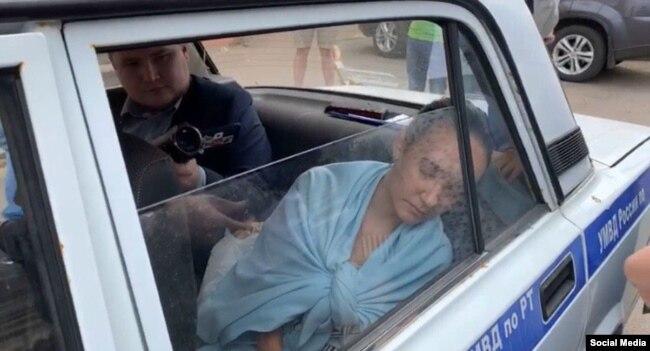 Гульназ Равилова в полицейской машине 20 июля 2020 года