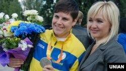 Марія Помазан (зліва) під час урочистої зустрічі спортсменів-паралімпійців. Запоріжжя, 23 вересня 2016 р.