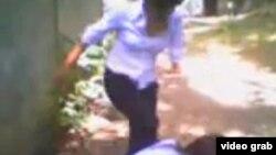 Скриншот видео, на котором снято избиение школьницы ее ровесницами.