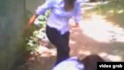 Оқушы қыздар төбелесі видеосының скриншоты