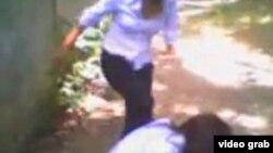 Оқушы қыздар төбелесі түсірілген видеоның скриншоты.