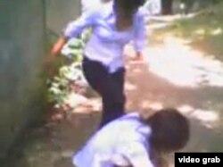 Скриншот видео драки между девушками-подростками, опубликованного в социальной сети Facebook.