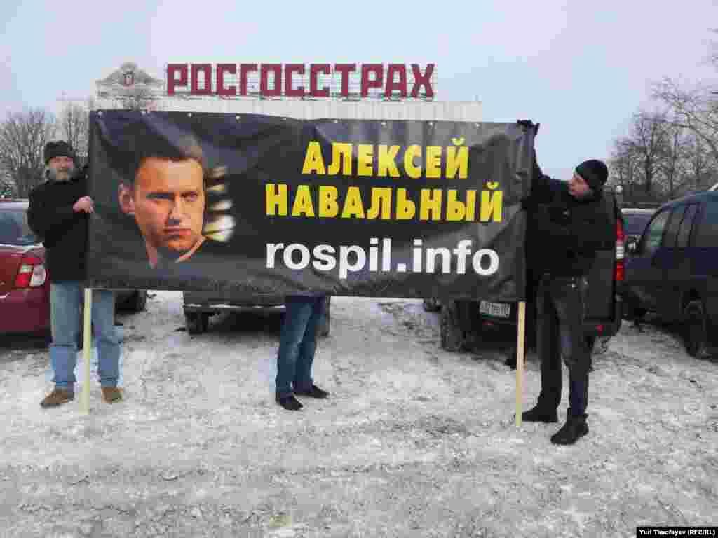 Блогер Алексей Навальныйдың суретін ұстап тұрған митингке қатысушылар ұсталды.