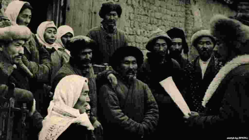 Актив села зачитывает письма с фронта. Фото Государственного исторического музея.
