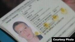"""""""Никола Тоневтің Қазақстан паспорты"""" ретінде әлеуметтік желіде жариялаған сурет. Суретте төлқұжаттың 2014 жылдың 28 қаңтарында Қазақстанның әділет министрлігі арқылы берілгенін байқауға болады. Ал Қазақстанда 2011 жылдың шілдесінен бері төлқұжат берумен ішкі істер министрлігі айналысады."""