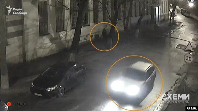 Приблизно через тридцять секунд у кадрі знову з'являється світла автівка – схожа на ту, яка повернула ліворуч вулицею