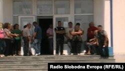 Родителите се категорични дека нема да дозволат нивните деца да следат настава се додека не биде повлечена одлуката за вработување на служител и наставник од албанска националност.