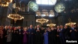 Turski predsjednik Erdoan u molitvi na otvaranju Bijenala Yeditepe u muzeju Aja Sofija u Istanbulu, 31. mart, 2018.