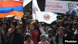 В сложившейся предвыборной ситуации в Армении даже объединение оппозиционных кандидатов вряд ли составит реальную конкуренцию действующему президенту