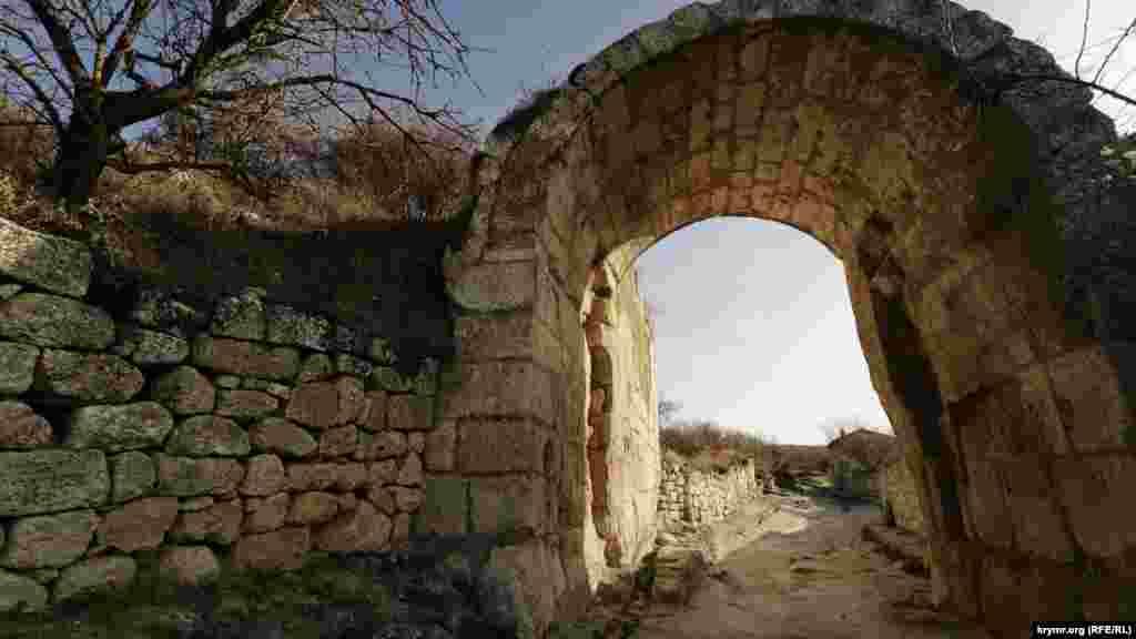 Біля воріт Орта-Капу в середній оборонній стіні