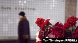 """Цветы на месте взрыва на станции метро """"Парк Культуры"""", 29 марта 2011"""