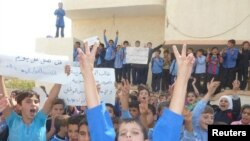 Сирия билігіне қарсы наразылық шарасында тұрғын мектеп шәкірттері. Хула, Сирия. 17 қазан 2011 ж.